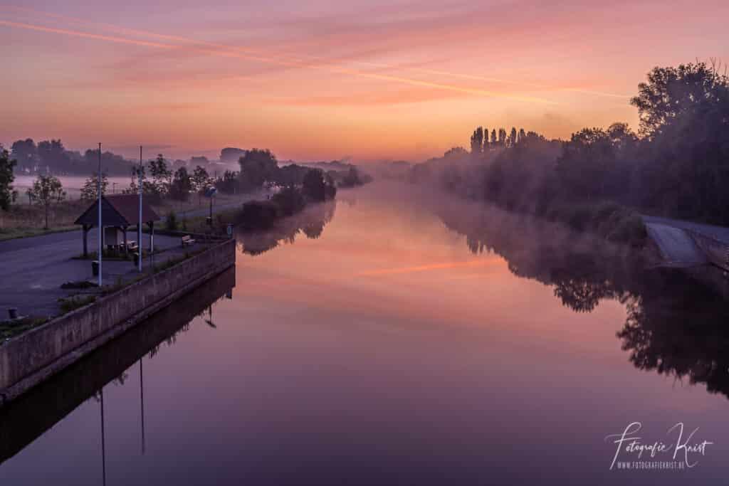 Even voor zonsopkomst op de brug tussen Lauwe en Wevelgem