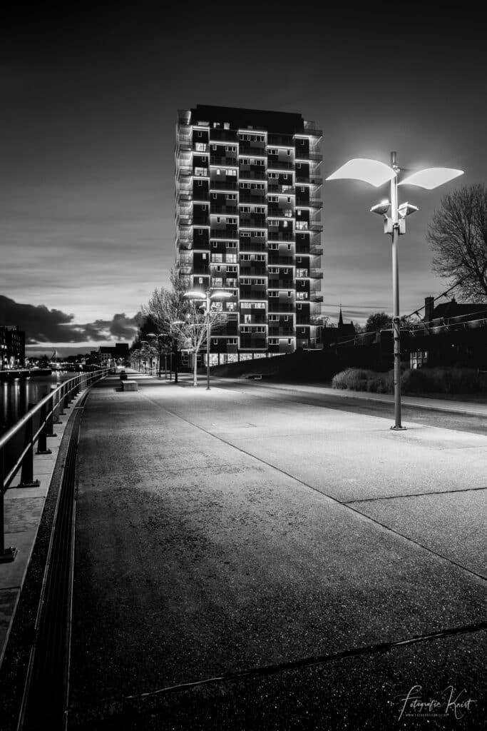 de-fietsersbrug-over-de-leie-naar-de-K-tower-tijdens-de-zonsondergang-Kortrijk-