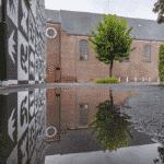 de warmste kalender 2020 - Sint-Franciscuskerk te Menen na een regenbui