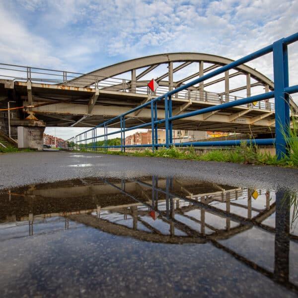 de brug van Menen over de Leie na een regenbui, Menin, Belgie,