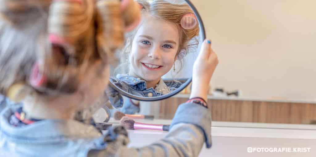 Eerste Communie Fotosessie Lily bij de Kapper in Menen-FotografieKrist (1)